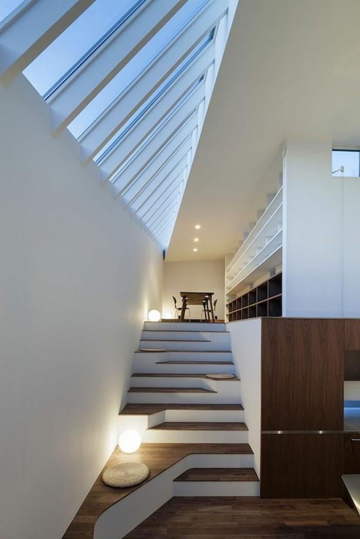 26-éclairage couloir. Un escalier.