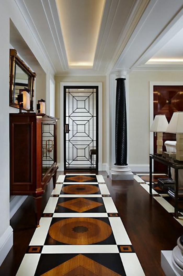 27-éclairage couloir. Plafond blanc. Plancher multicolore.