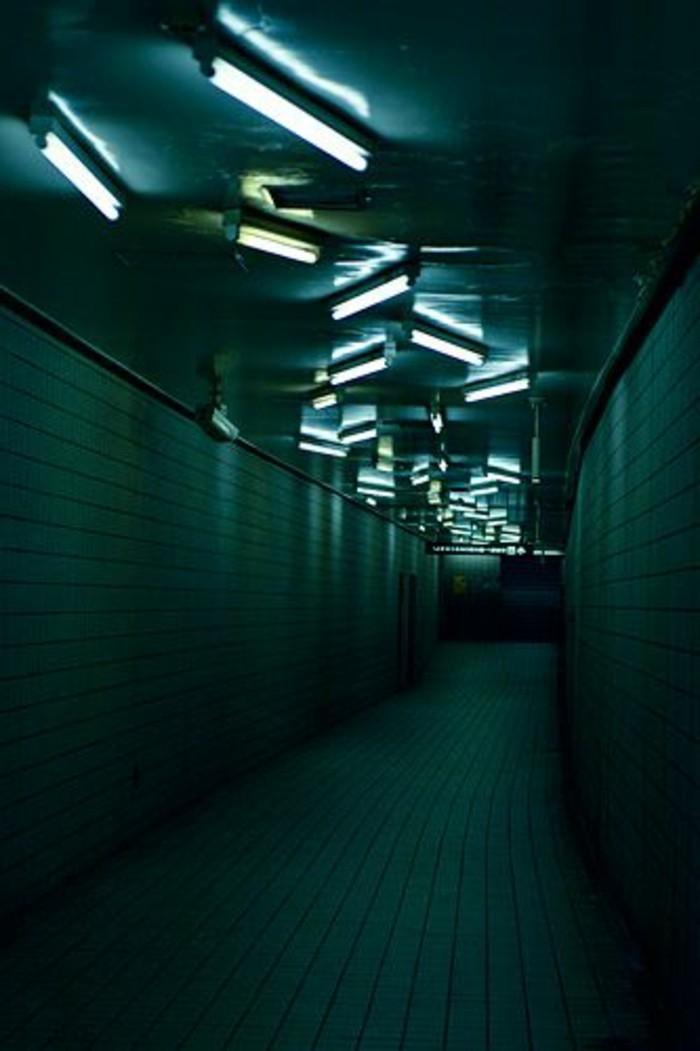 28-éclairage couloir. Teints verts.