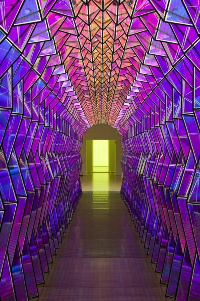28-miroir-couloir-des-murs-en-relief