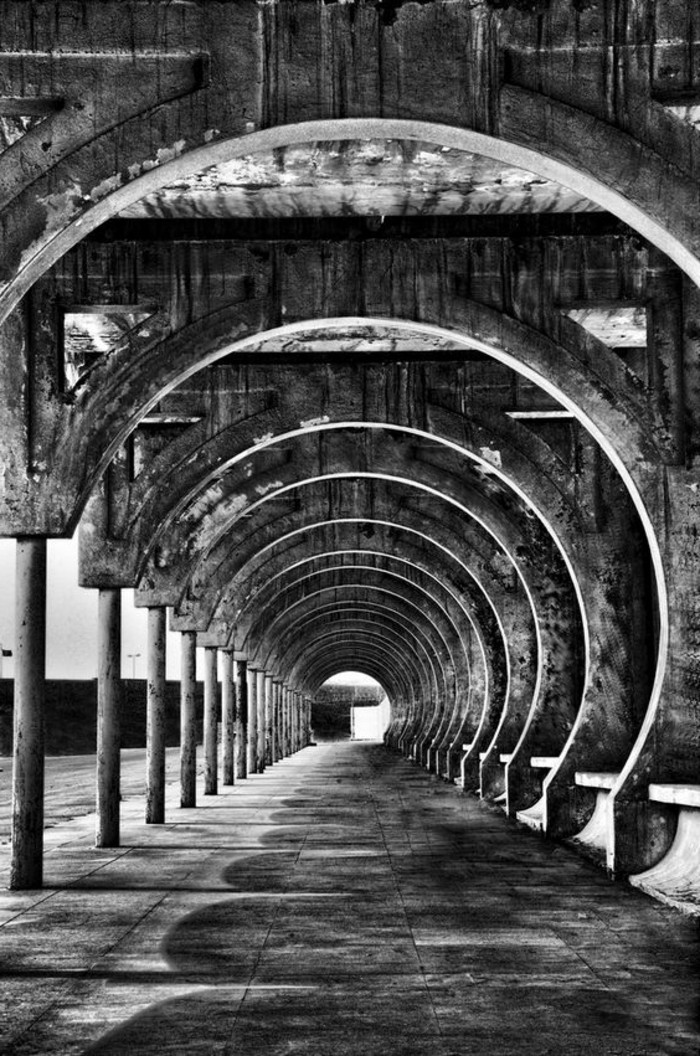 29-éclairage couloir. Photo en noir et blanc.