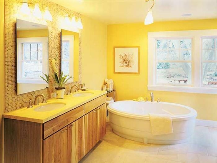 2charmante-idée-couleur-salle-de-bain-jaune-peinture-plafond-salle-de-bain-blanc-baignoire-à-poser-deux-miroirs-rectangulaires-double-vasque-ambiance-enjouée-paisible