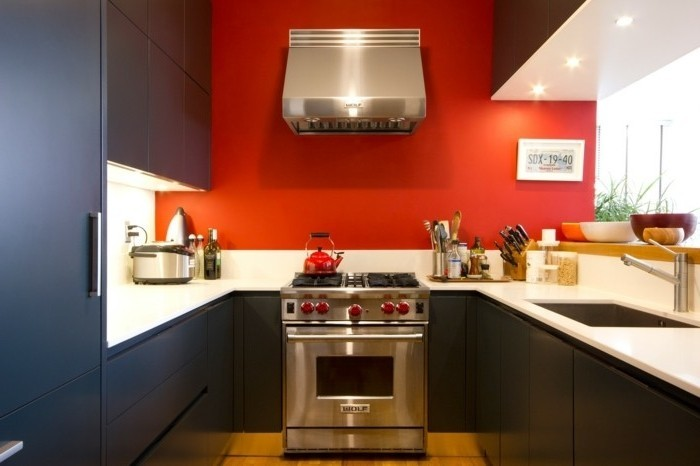 magnifique-idée-couleur-peinture-cuisine-rouge-meubles-cuisine-couleur-anthracite-plan-de-travail-blanc