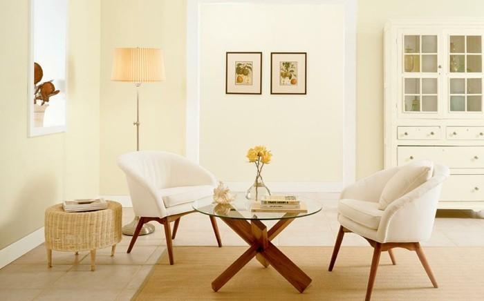 sublime-idee-couleur-peinture-salon-jaune-tres-pale-buffet-blanc-deux-chaises-a-dossier-blanc-table-a-cafe-en-bois-et-verre-ambiance-sereine