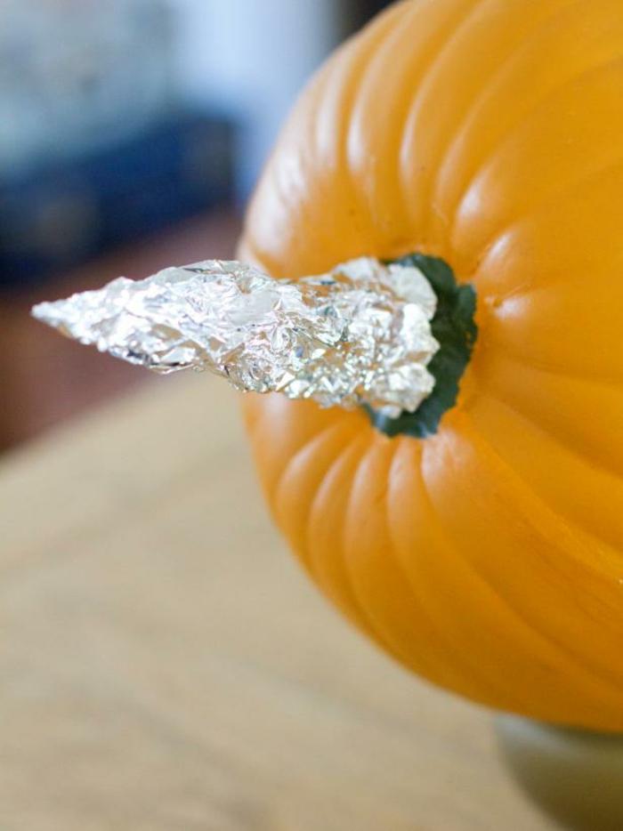bricolage-halloween-facile-premier-etape-papier-aliminium-autour-de-la-queue-de-la-citrouille