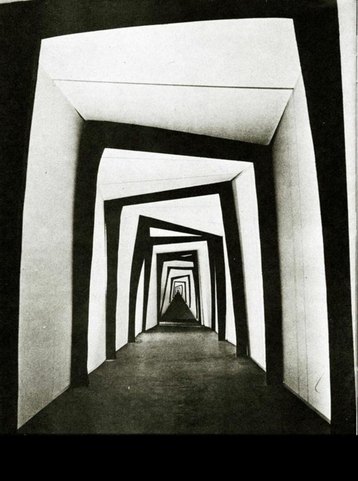 31-éclairage couloir. Couleurs noir et blanc