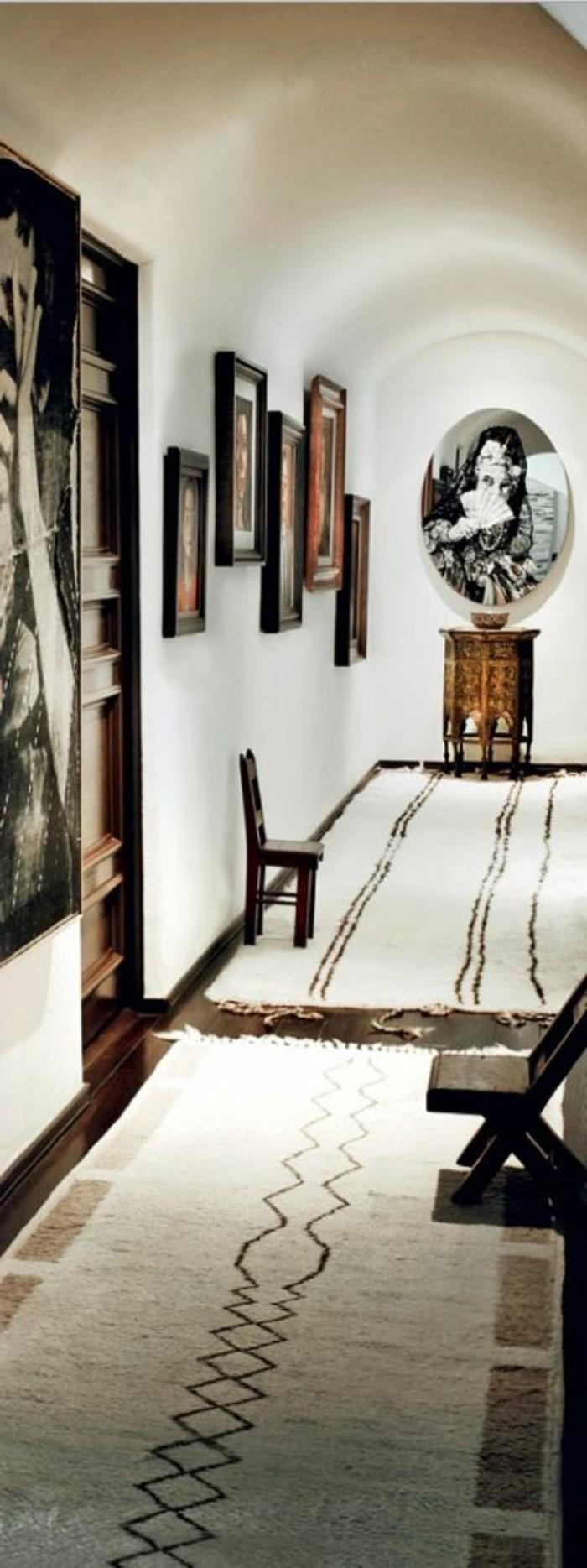 33-long-tapis-de-couloir-plusieurs-tableaux-sur-le-mur