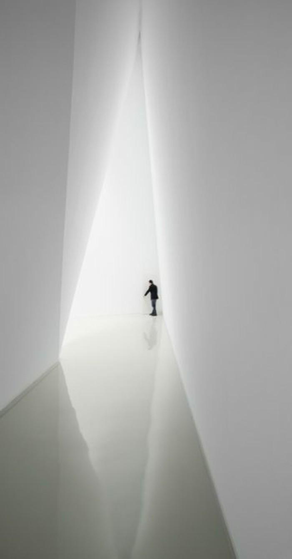 34-eclairage couloir. Une figure humaine.