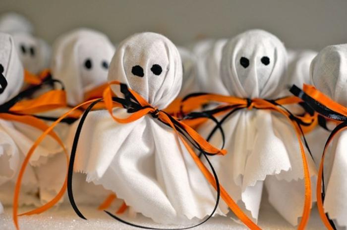autre-idee-bricolage-halloween-interessante-et-tres-facile-sucettes-mises-dans-des-enveloppes-halloween