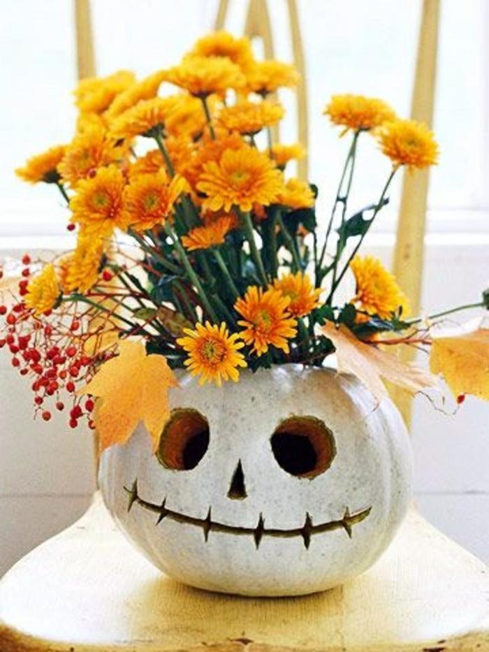 citrouille-halloween-transformee-en-vase-de-fleurs-fleurs-oranges-puisuqe-l-orange-et-la-couleur-de-la-saison