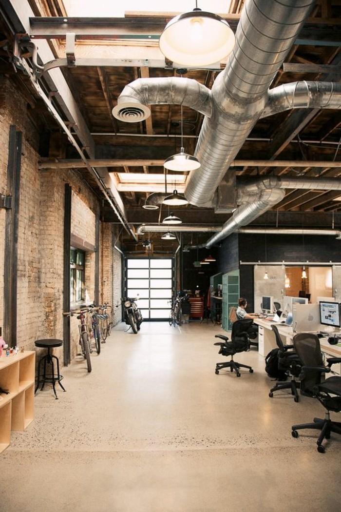 36-eclairage couloir. Quelques chaises. Quelques ordinateurs.