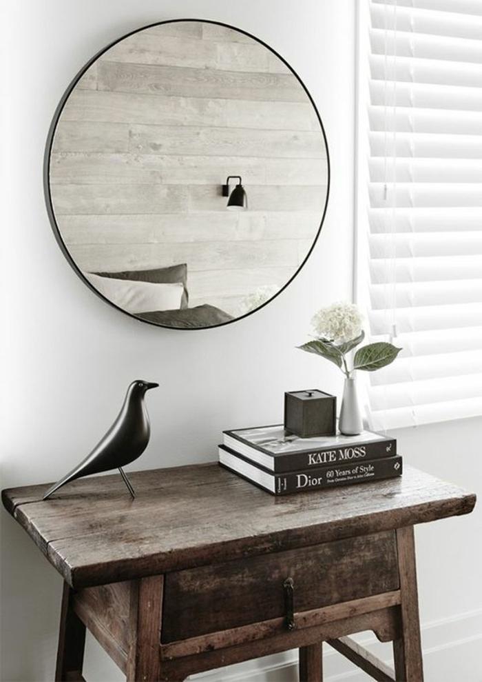 37-miroir-couloir-une-table-en-bois-avec-des-livres