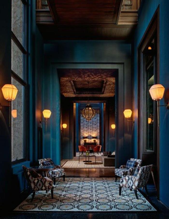 37-eclairage couloir. Fauteuils. Murs en bleu.