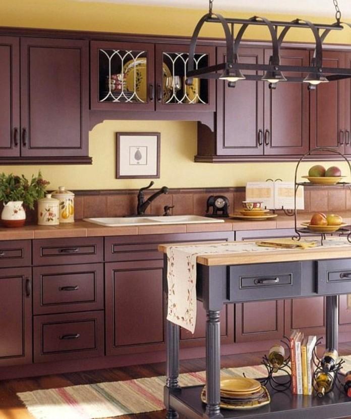 couleur-mur-cuisine-jaune-modele-de-cuisine-très-sympa-meubles-en-bois-ambiance-sereine-rustique