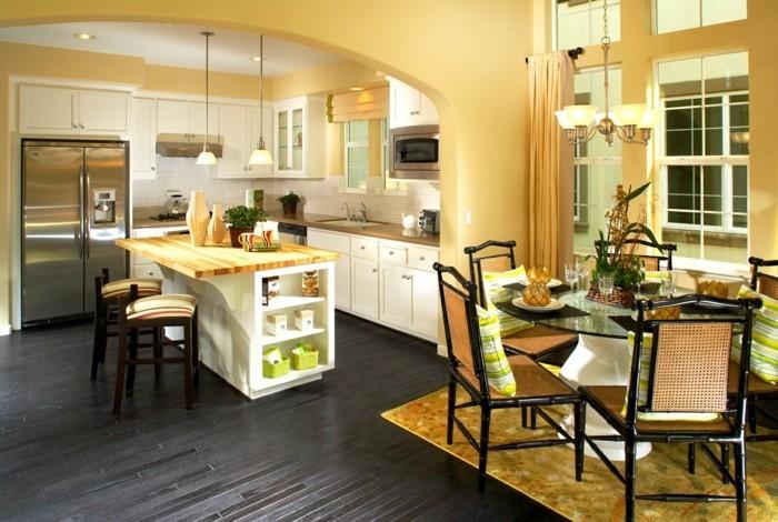 couleur-mur-cuisine-jaune-revêtement-sol-couleur-foncée-contrastante-îlot-design-intéressant-coin-repas-très-sympa