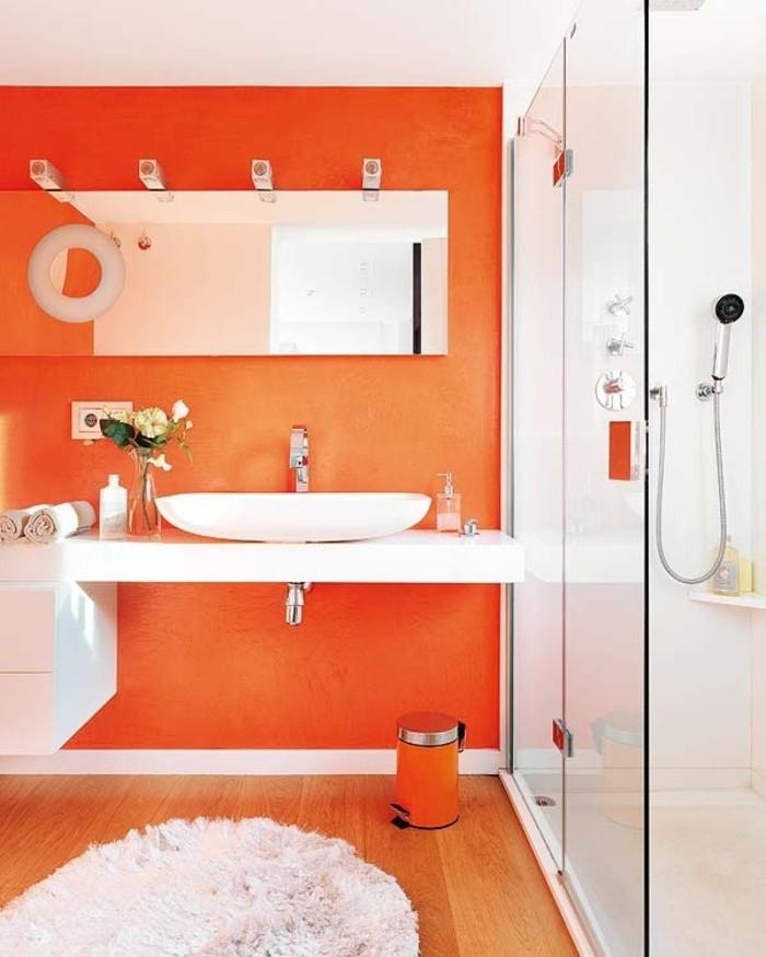 idée-couleur-salle-de-bain-orange-cabine-de-douche-vasque-à-poser-tapis-blanc