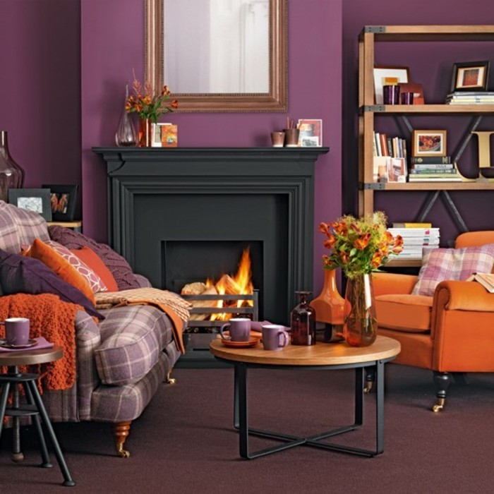 idee-peinture-salon-en-mauve-cheminee-qui-cree-une-ambiance-de-confort-jolie-etagere-fauteuil-orange-canape-en-blanc-et-mauve-ambiance-accueillante