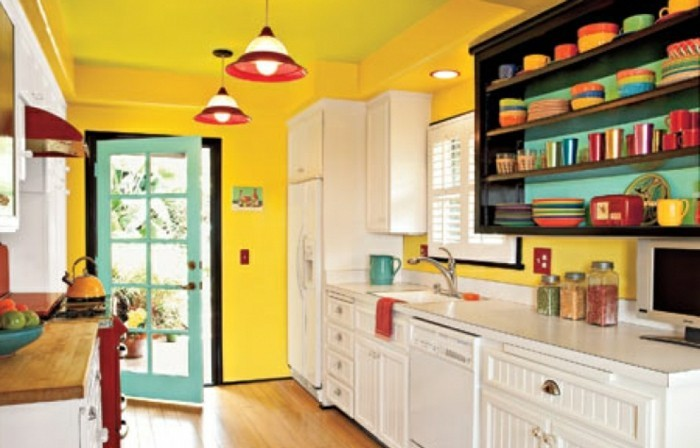 modele-cuisine-très-enjouée-couleur-peinture-cuisine-jaune-foncé-peinture-meuble-cuisine-blanche-vaisselle-de-différentes-couleurs-ambiance-gaie-très-positive