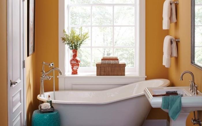 peinture-salle-de-bain-orange-lavabo-colonne-baignoire-à-poser-blanche-jolis-éléments-décoratifs