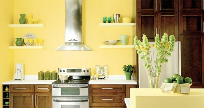3sublime-suggestion-couleur-peinture-cuisine-jaune-clair-plan-de-travail-blanc-meubles-cuisine-en-bois-élémenta-déco-et-jaune-et-vert
