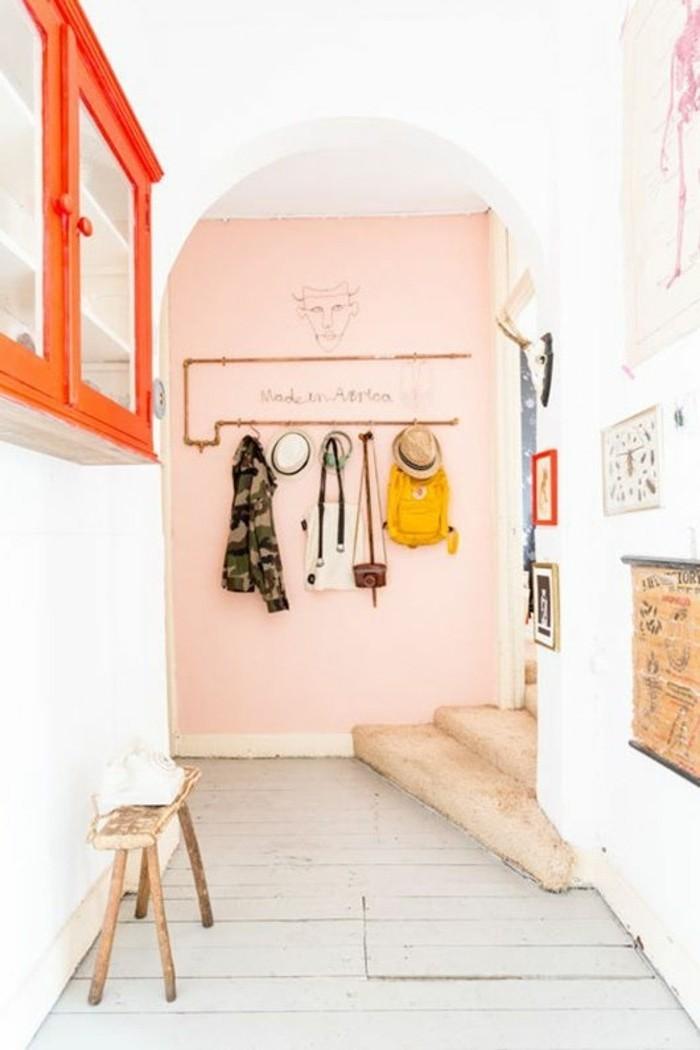 40-eclairage couloir. Mur rose.