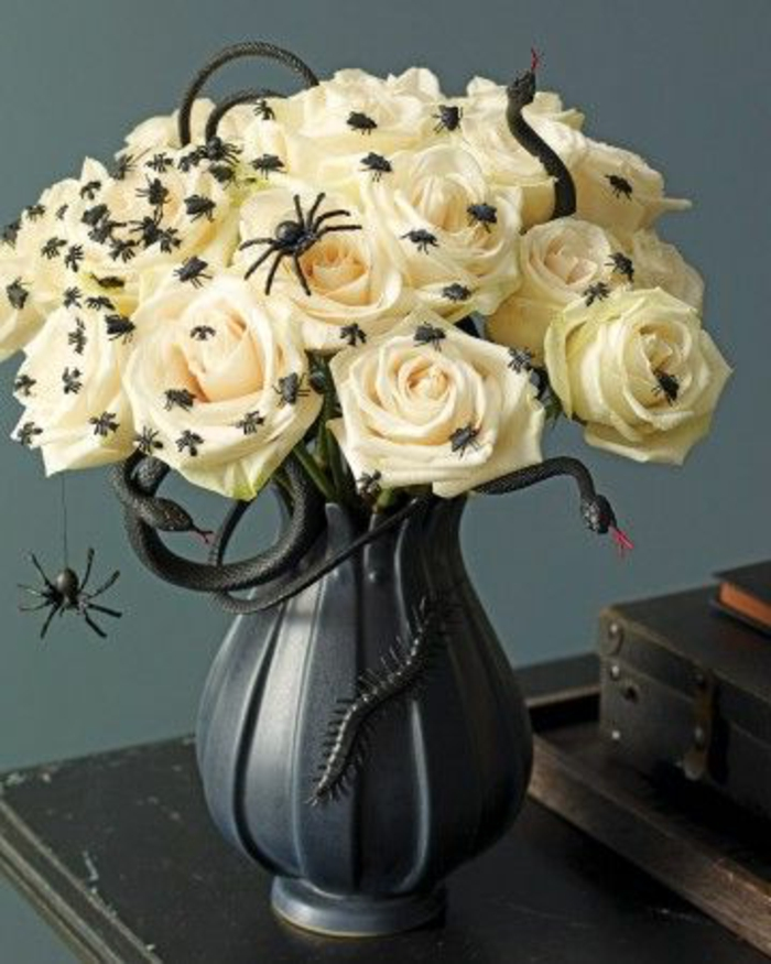 42bricolage-halloween-facile-roses-blanches-decoration-d-araignes