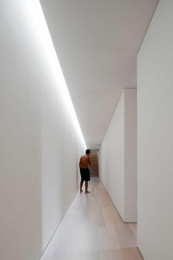 44-eclairage couloir. Tout en blanc.