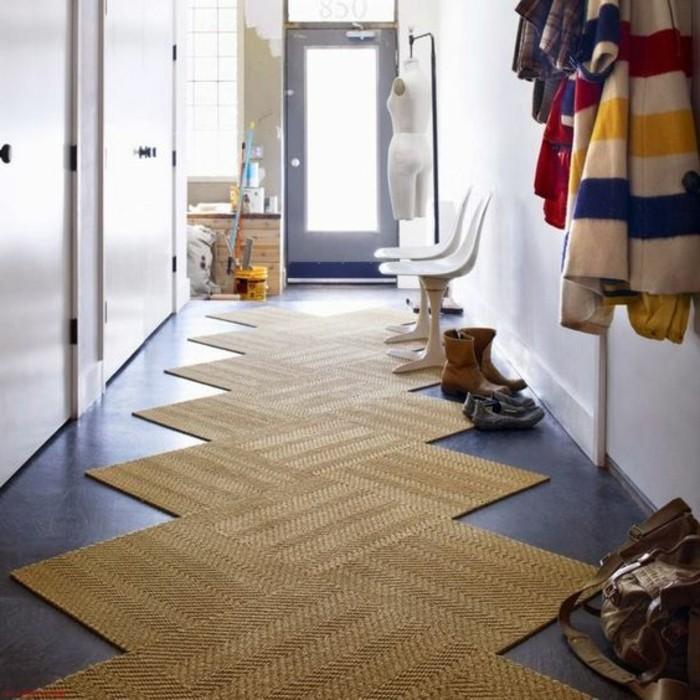 47-long-tapis-de-couloir-des-vetements-sont-pendus-sur-le-mur