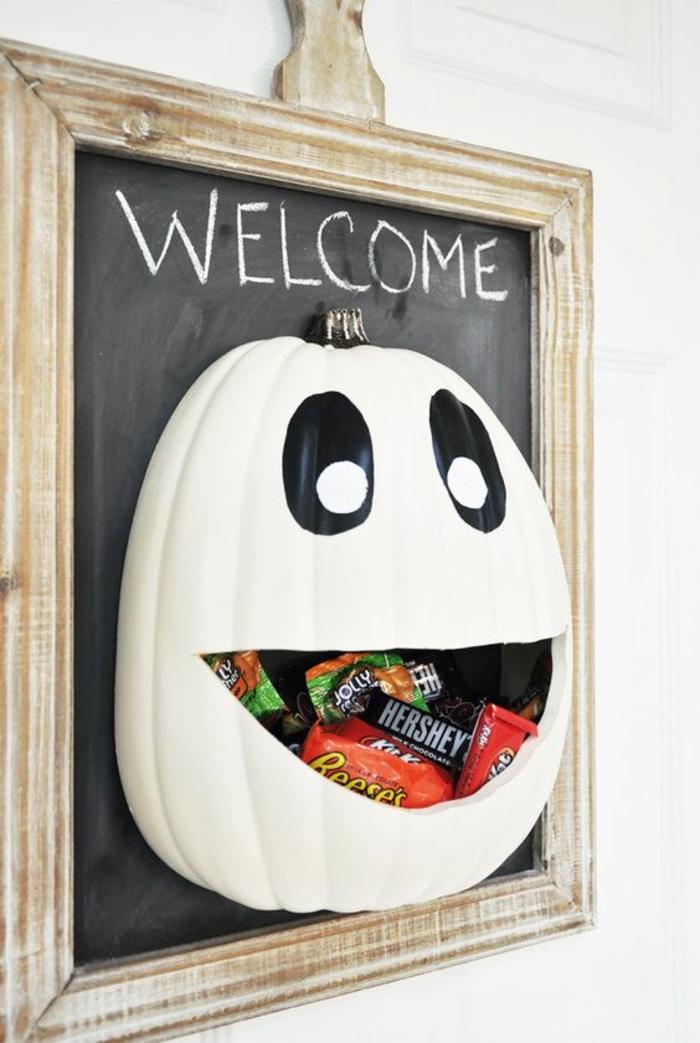 bricolage-halloween-tres-facile-citrouille-creusee-et-remplie-de-sucreries-belle-deco-qui-peut-vous-accueillir-à-l-entree
