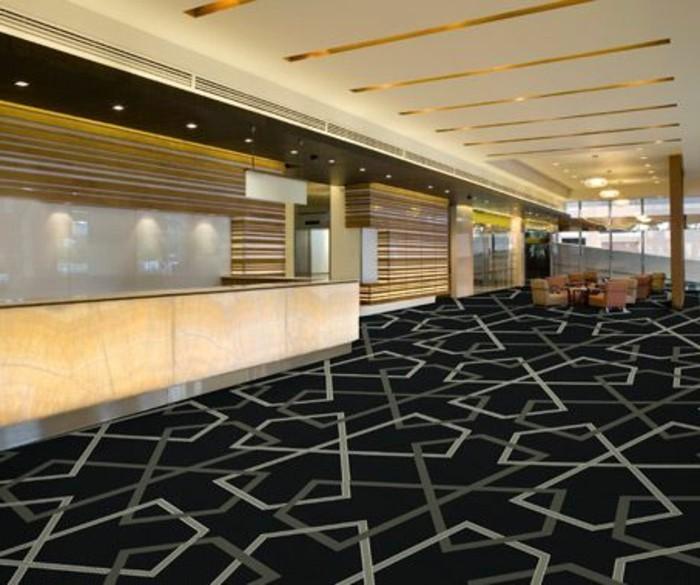 49-long-tapis-de-couloir-quelques-fauteuils-sont-poses-au-fond