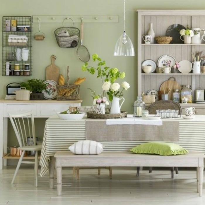 suggestion-excellente-couleur-mur-cuisine-vert-pâle-déco-dans-l-esprit-rustique-cuisine-de-campagne-décor-surchargé-d-éléments-décoratifs