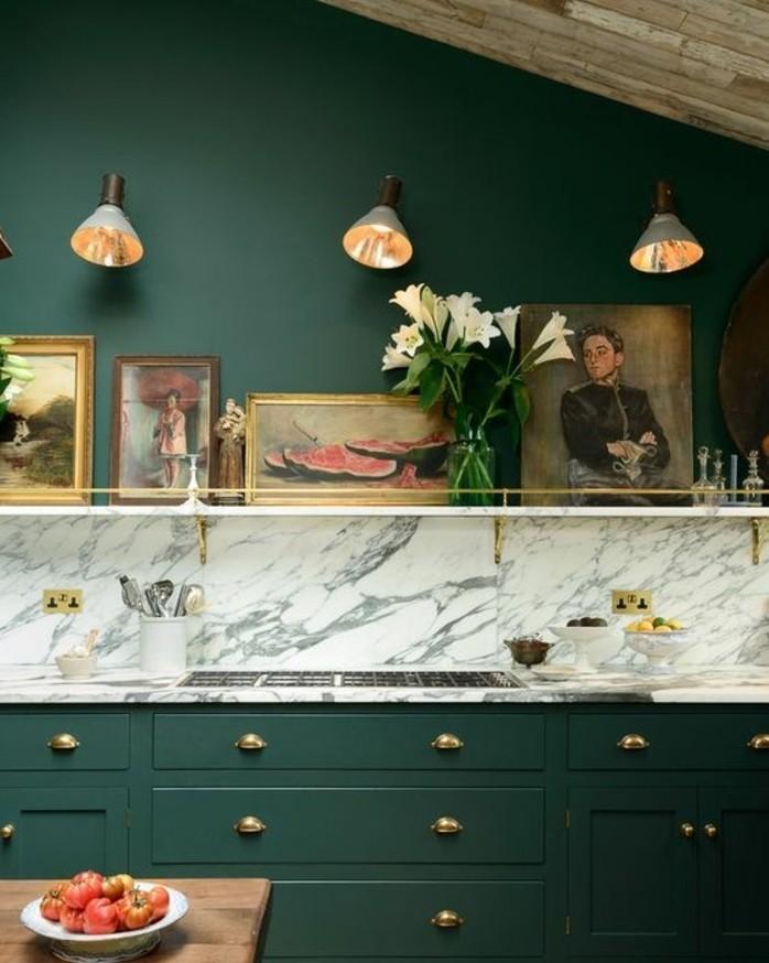 suggestion-très-originale-couleur-peinture-cuisine-vert-émeraude-pastel-déco-créative-composée-de-tableaux-et-dessins-peinture-meuble-cuisine-verte