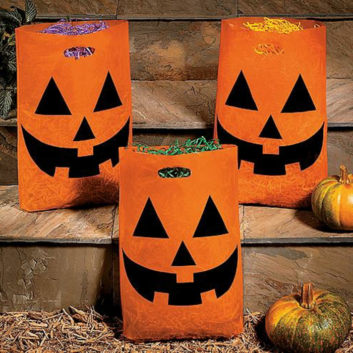 formidable-idee-deco-halloween-faite-de-sacs-oranges-jack-o-lantern-pourrait-revetir-de-differentes-looks