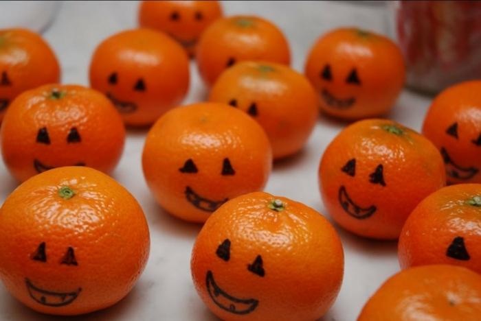 des-clémentines-transformees-en-deco-halloween-idee-extremement-facile-pour-bricolage-halloween-de-la-derniere-minute