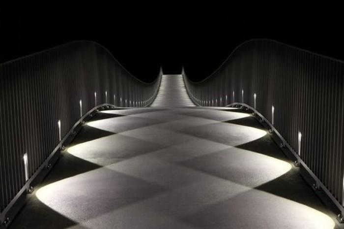 59-eclairage couloir. Couleurs noir et blanc.