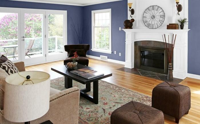 couleur-mur-salon-bleu-fonce-cheminee-romantique-table-basse-en-bois-canape-fauteuil-tabourets-tapis-a-motifs-orientaux