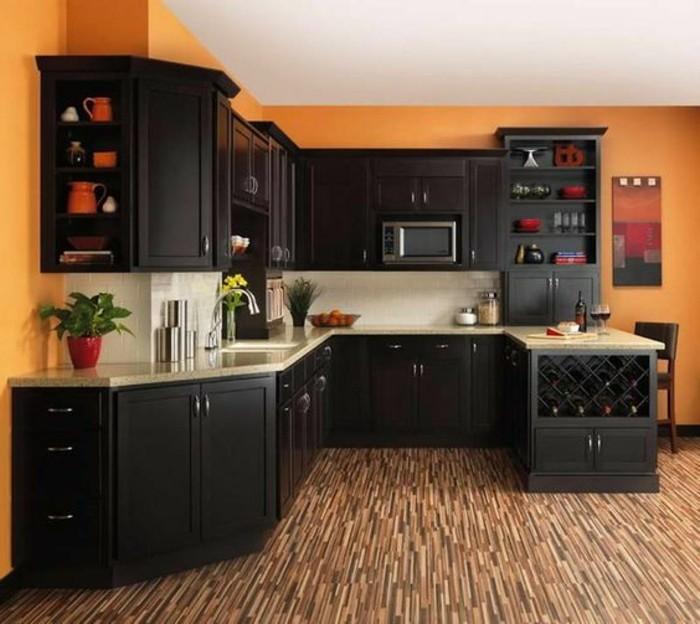 couleur-peinture-cuisine-orange-meubles-cuisine-en-bois-marron-foncé-cuisine-traditionnelle