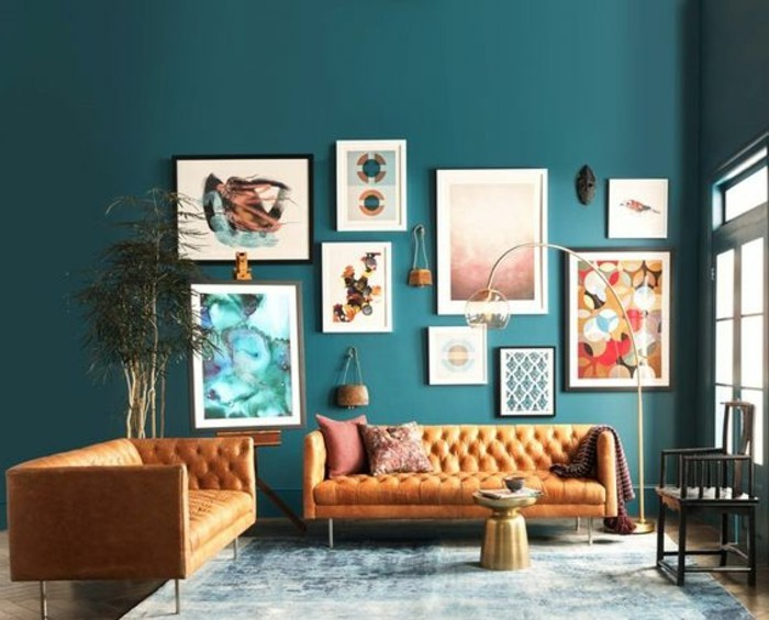 couleur-peinture-salon-bleu-petrole-canapes-orange-modernes-richesse-des-elements-decoratifs