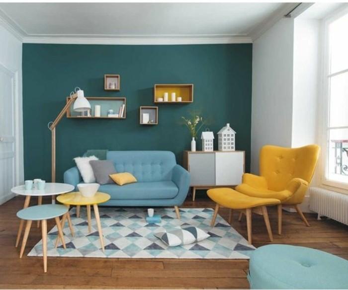 idee-excellente-couleur-peinture-salon-avec-mur-d-accent-bleu-petrole-meubles-et-objets-deco-en-bleu-ciel-et-jaune-style-artistique