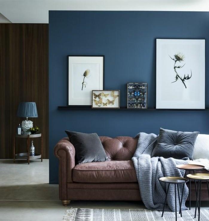 quelle-peinture-choisir-pour-la-deco-salon-la-reponse-et-bleu-marine-decoration-originale-tres-confortable-canape-marron-rougeatre