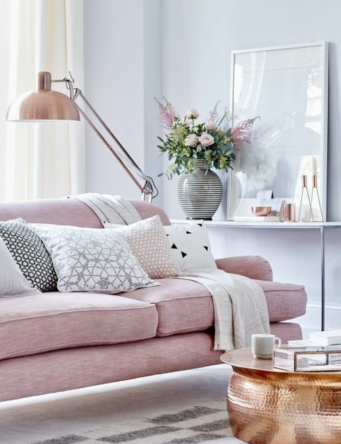 quelle-peinture-choisir-pour-un-salon-tout-petit-murs-nuance-bleu-clair-canape-rose-table-sympa-design-extraordinaire-atmosphere-tres-accueillante