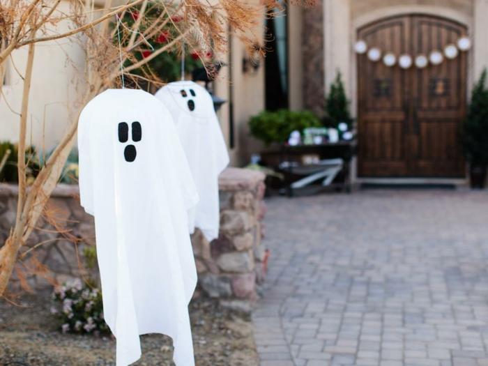 spectres-blancs-bricolage-halloween-facile-a-faire-la-deco-parfaite-pour-votre-jardin