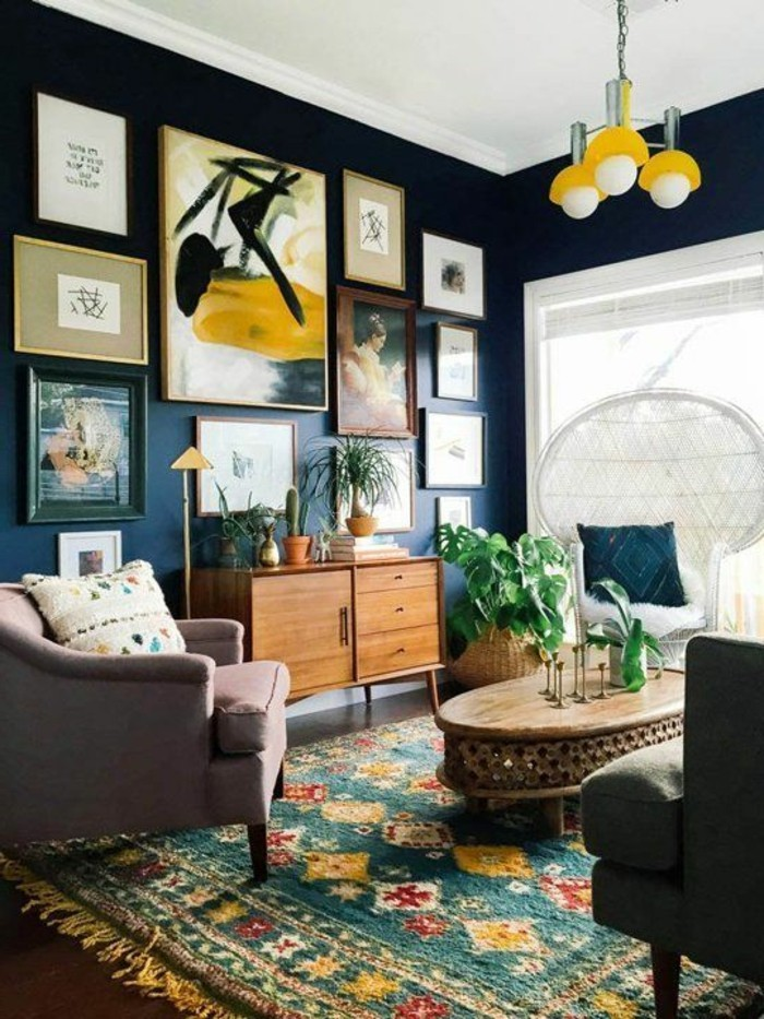tres-jolie-idee-peinture-salon-en-bleu-marine-richesse-des-elements-decoratifs-meubles-en-bois-grande-creativite