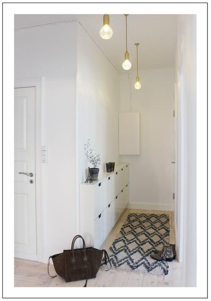 60-eclairage couloir. Trois lampes. Un sac sur le plancher.