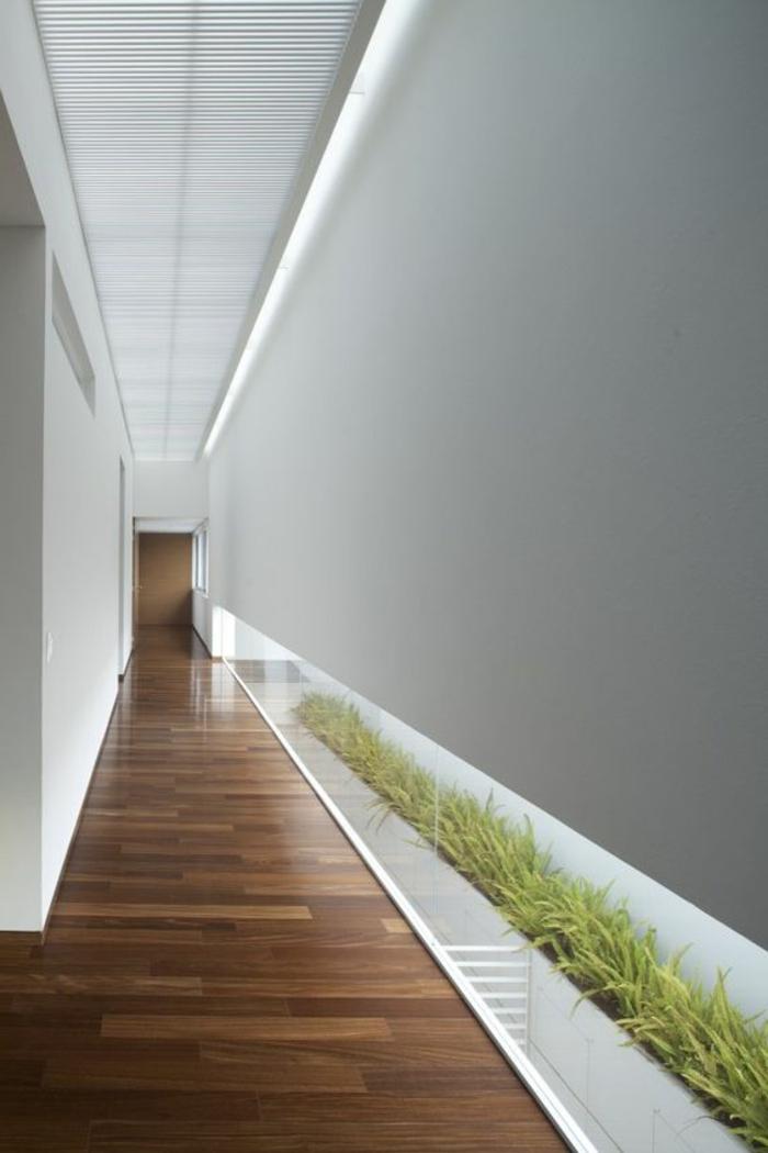 63-eclairage couloir. Parquet. Mur gris.