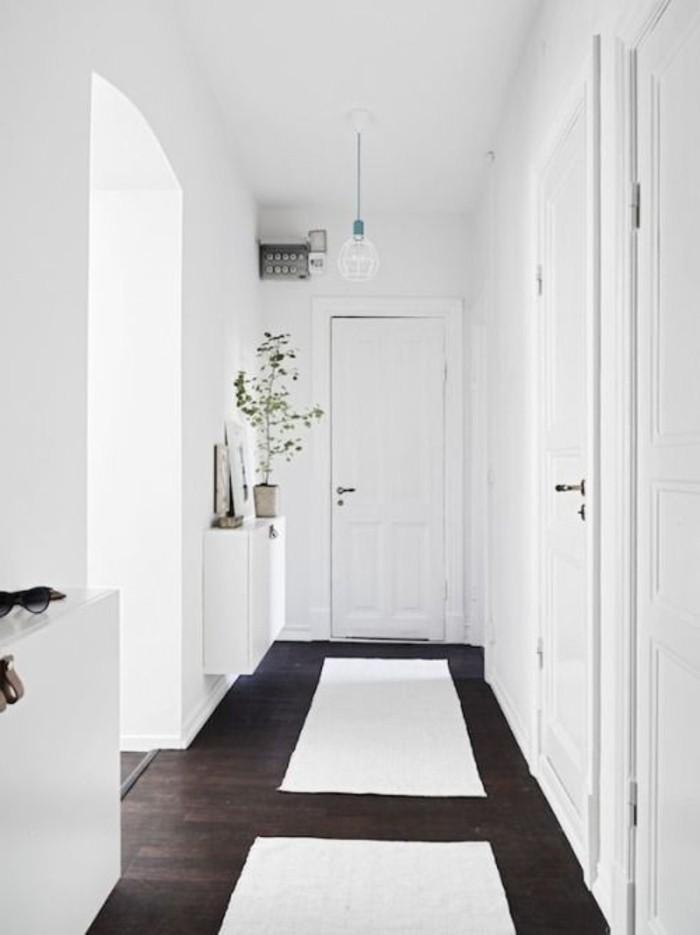 67-dressing-couloir-les-murs-sont-en-blanc-resized