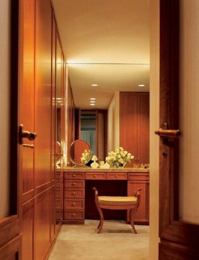 67-miroir-feng-shui-une-porte-qui-est-ouverte-petits-placards-en-bois