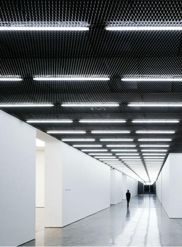 67-eclairage couloir. Murs et plancher en blanc. Plafond en noir.