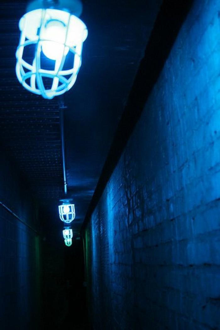 69-Luminaire pour couloir. Couleur bleue.