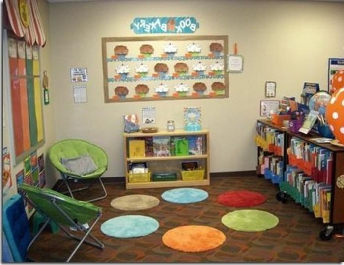 69-tapis-couloir-multicore-deux-chaises-et-un-grand-placard-avec-des-livres